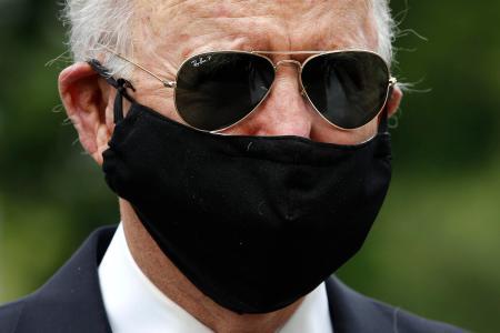 マスクを着用し、地元の米東部デラウェア州の戦没者慰霊碑を訪れたバイデン前副大統領=25日(AP=共同)