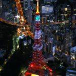 新型コロナウイルスの影響で閉鎖していた展望台の営業を再開し、東京観光の復活を願って特別ライトアップされた東京タワー=28日夜、東京都港区(共同通信社ヘリから)
