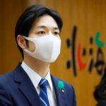 北海道庁で記者会見する鈴木直道知事=29日午後