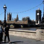 英ロンドンで、マスクを着けた市民=29日(ロイター=共同)