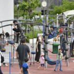 公園の遊具で遊ぶ子供たち=30日午後、東京都江東区