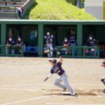 北海道初の野球の独立リーグ開幕戦でプレーする選手=30日、美唄市営球場