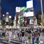 緊急事態宣言が解除されてから最初の週末を迎え、東京・渋谷のスクランブル交差点を行き交う大勢の人たち=30日夜