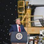30日、米フロリダ州で有人宇宙船打ち上げ成功後に演説するトランプ大統領(ゲッティ=共同)