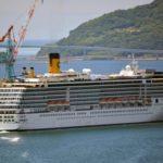 出港するイタリア籍クルーズ船「コスタアトランチカ」=31日午後、長崎市