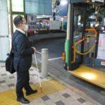通勤のため、バスを利用する西田友和さん=25日、東京都江戸川区