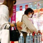 約2カ月ぶりに営業を再開した「SHIBUYA109渋谷」で、入店の際に手の消毒をする女性ら=1日午前、東京・渋谷