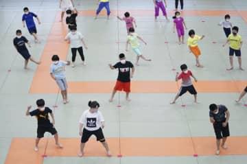 柔道、マスク姿で練習再開 講道館に100人以上の小中学生 画像1