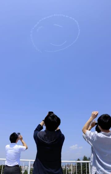 小型機で福島の青空に白い笑顔 エアレースパイロット室屋さん 画像1