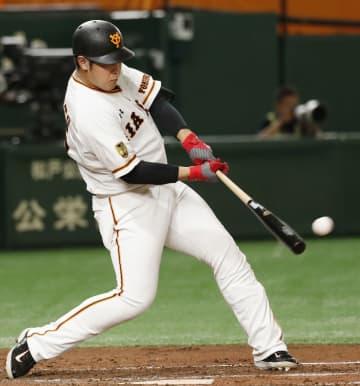 巨11―1神(20日) 巨人の岡本が勝ち越し二塁打 画像1