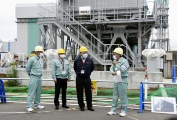 経産相、青森で再処理工場視察 「安全性向上を」と呼び掛け 画像1