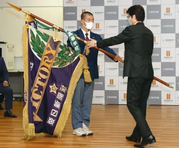 愛知・東邦高で優勝旗の返還式 高校野球、今春の選抜大会中止で 画像1