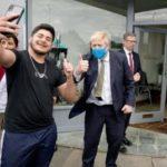 英首相、国民に職場復帰訴え 公の場で初めてマスク姿 画像1