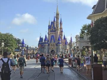 米ディズニー、娯楽施設を再開 感染者高止まりに懸念も 画像1