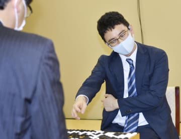 囲碁、挑戦者の一力八段が先勝 碁聖戦5番勝負の第1局 画像1
