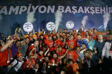 バシャクシェヒルが初優勝 サッカー、トルコ1部 画像1