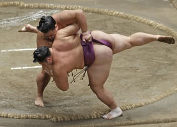 朝乃山に土、白鵬が単独トップ 大相撲、かど番貴景勝が7勝目 画像1