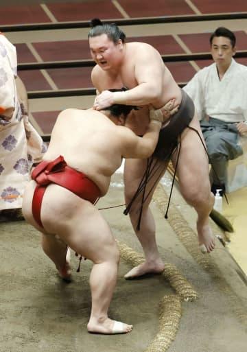 白鵬に土、全勝消える 大相撲7月場所、首位に3人 画像1