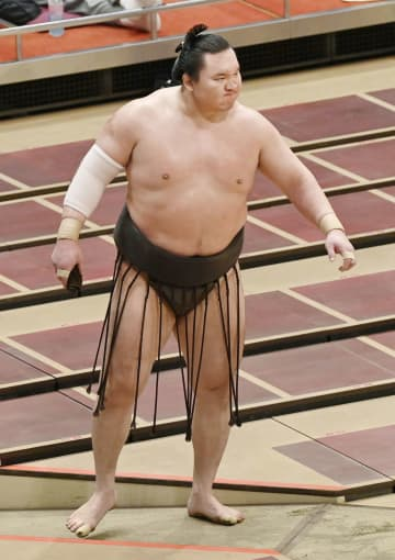 大相撲、横綱白鵬が右膝負傷 出場可否は31日朝に判断 画像1
