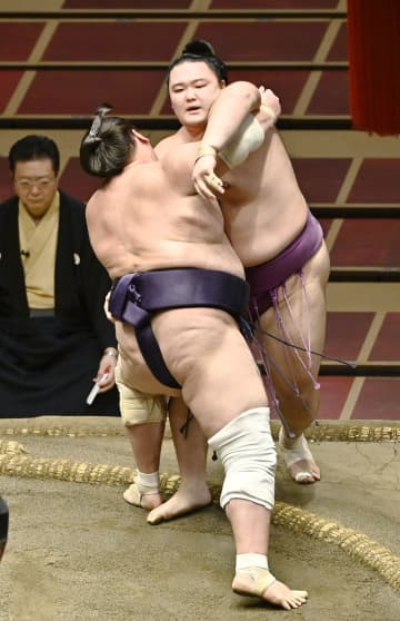 平幕照ノ富士、1敗で単独首位 1日にもV、朝乃山を寄り切る 画像1
