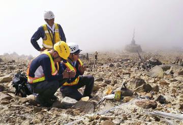 御嶽山規制区域を家族が独自捜索 噴火で行方不明、特別許可で 画像1