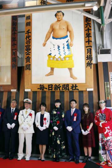 両国駅に千代の富士関の優勝額 大横綱「ウルフ」、角界をけん引 画像1