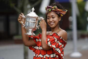 大坂、鮮やかな衣装で記念撮影 全米テニス女王、一夜明け 画像1