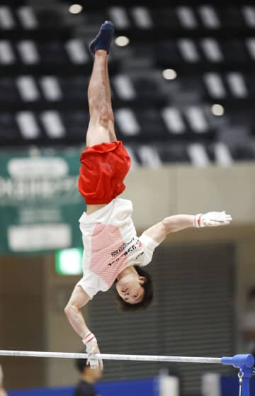 内村航平、鉄棒でH難度を披露 体操の全日本シニアへ公式練習 画像1