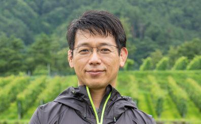 椀子ヴィンヤードの生態系調査や植生再生活動を指導する農研機構の楠本良延氏