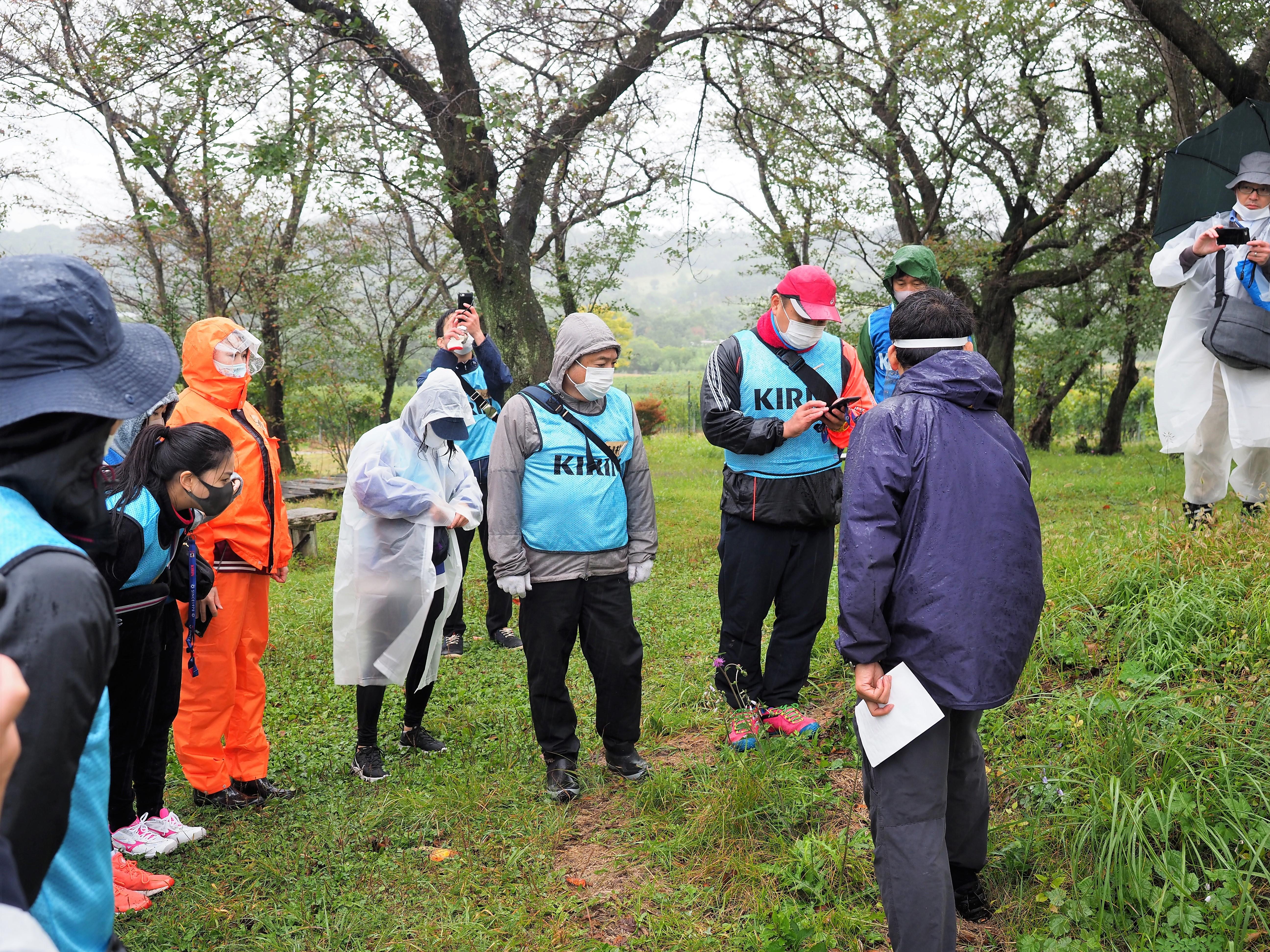10月に椀子ヴィンヤードでブドウの収穫を手伝った後、楠本先生に椀子の植生についてレクチャーを受ける、キリングループの社員ボランティアの皆さん