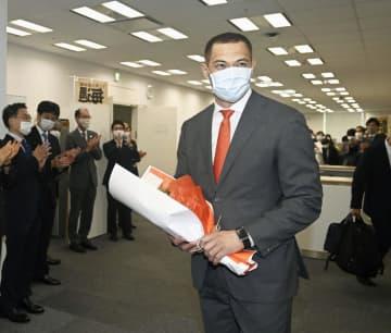 室伏広治スポーツ庁長官が初登庁 オレンジのネクタイ姿「重責だ」 画像1