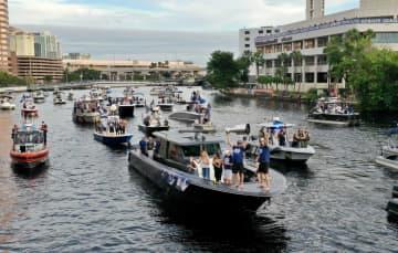 ライトニングが船で優勝パレード NHL、本拠地タンパで 画像1