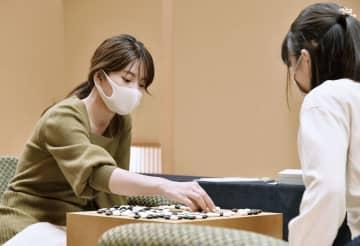 囲碁、挑戦者の藤沢が先勝 女流本因坊第1局 画像1
