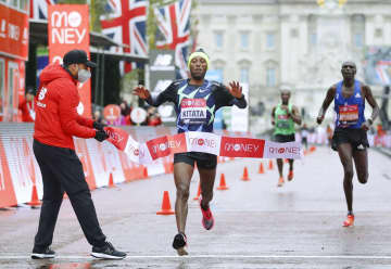 ロンドンマラソン、キタタ初優勝 女子はコスゲイ2連覇 画像1