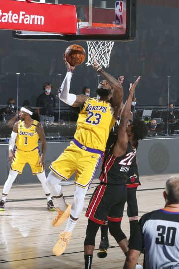 NBA決勝、レーカーズが王手 第4戦、ヒートに勝ち3勝1敗 画像1