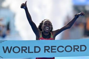 女子ハーフマラソンで世界新記録 ジェプチルチル1時間5分16秒 画像1