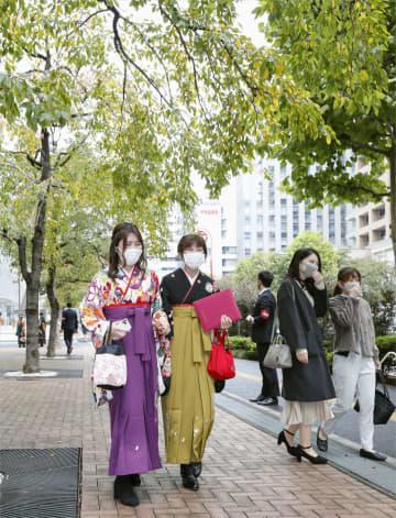 桜の葉色づく卒業式、再会に笑顔 共立女子大、3月に開催できず 画像1