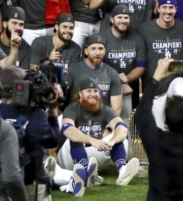 MLBはターナーを処罰せず コロナで優勝セレモニーに参加 画像1