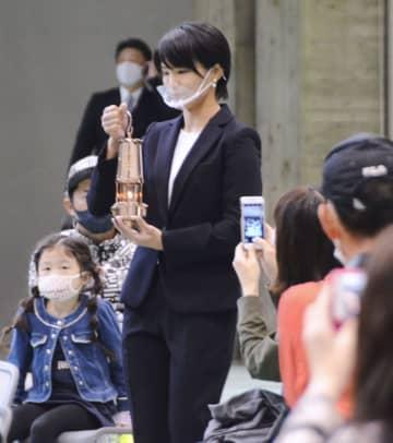 五輪の聖火展示、金沢でスタート 松本薫さんがランタン設置 画像1