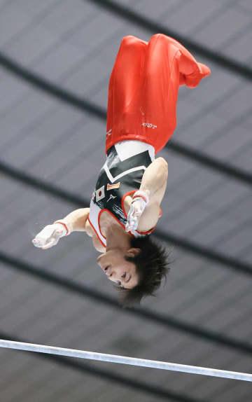 内村航平、鉄棒で大技に成功 日米ロ中4カ国が体操国際大会 画像1