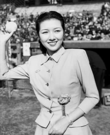 <あのころ>始球式に高峰秀子さん 映画俳優の野球大会 画像1