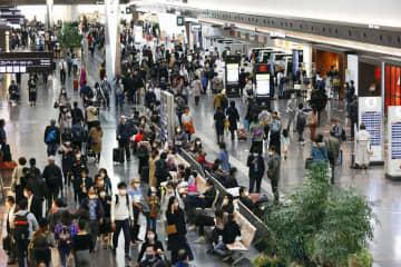 主要駅や繁華街、半数で人出増 連休初日、大きな変化はなく 画像1