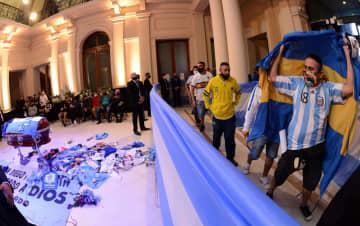 大統領府でマラドーナさんに別れ ひつぎ安置、多くのファン訪れる 画像1