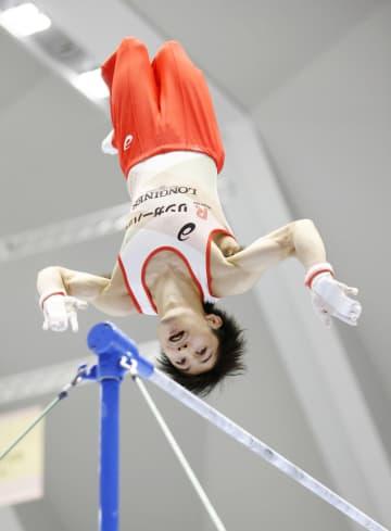 内村、鉄棒1位通過 全日本体操男子予選 画像1