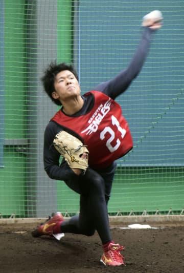 楽天1位の早川が初の投球練習 仙台で直球を12球 画像1