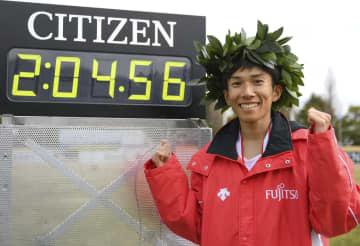 鈴木が日本新、初の4分台で優勝 びわ湖毎日マラソン 画像1