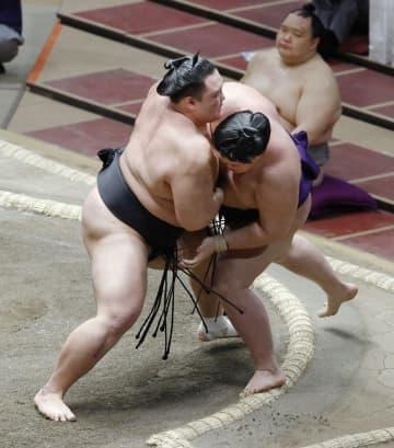 朝乃山4勝目、2大関が敗れる 照ノ富士に土、全勝は妙義龍のみ 画像1