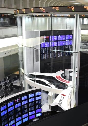東証大幅反落、424円安 米長期金利上昇や日銀発表で 画像1