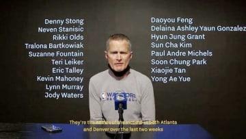NBAのカー監督、銃規制訴える 犠牲者18人の名前を背に掲げ 画像1