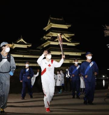 小平選手、国宝松本城前でゴール 天守と桜、ライトに浮かぶ 画像1